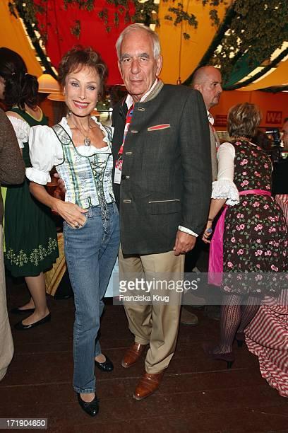 Antje Katrin Kühnemann Mit Ehemann Dr Jörg Gühring Im Hippodrom Beim Stammtisch Von 'Die Aktuelle' Auf Dem Oktoberfest In München Am 210908