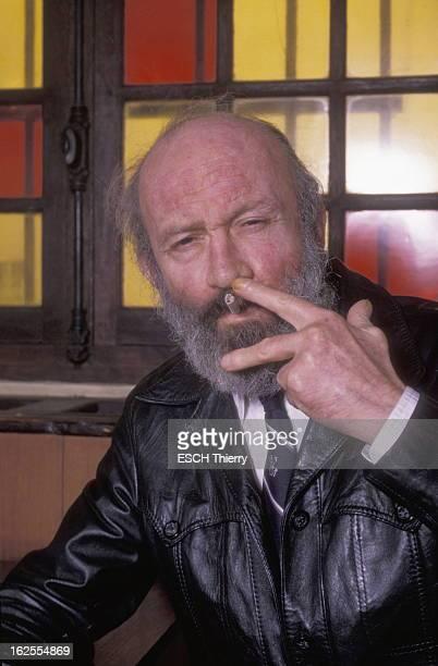 Antoine Blondin Plan de face d''Antoine BLONDIN fumant une cigarette dans un café de SaintGermaindesPrés à PARIS