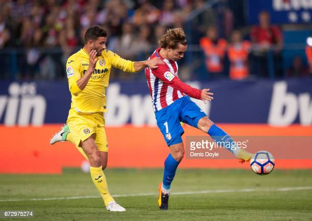 Antoine Greizmann of Club Atletico de Madrid shoots past Mateo Pablo Musacchio of Villarreal CF during the La Liga match between Club Atletico de...