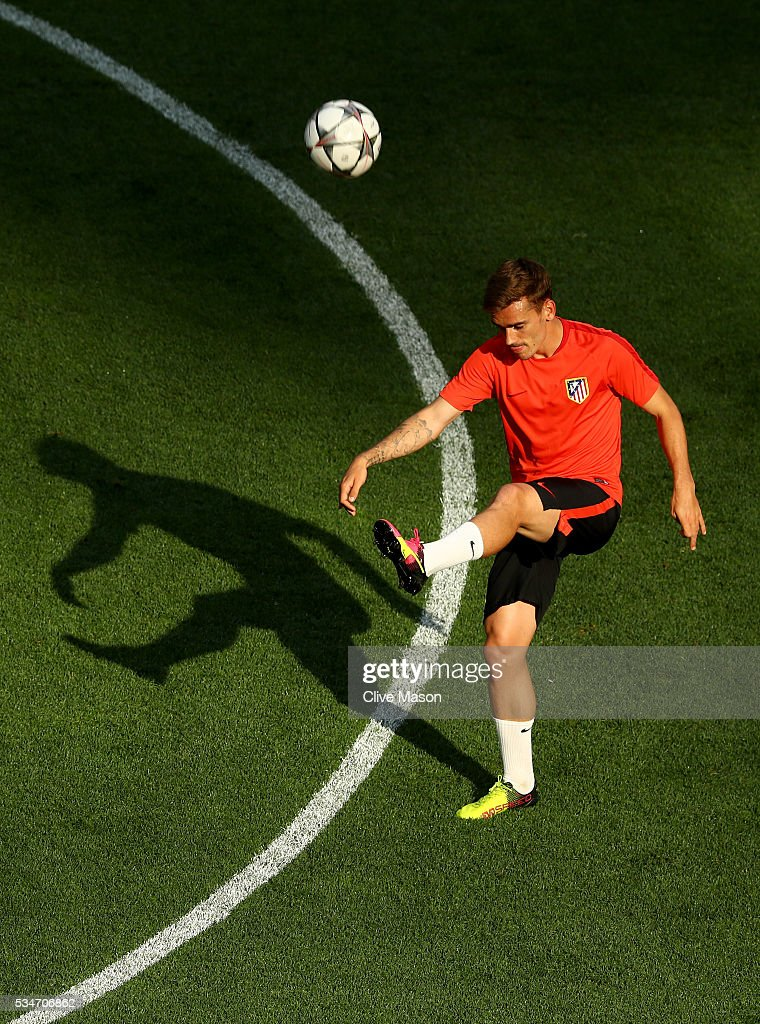 <a gi-track='captionPersonalityLinkClicked' href=/galleries/search?phrase=Antoine+Griezmann&family=editorial&specificpeople=7197539 ng-click='$event.stopPropagation()'>Antoine Griezmann</a> of Atletico Madrid controls the ball during an Atletico de Madrid training session on the eve of the UEFA Champions League Final against Real Madrid at Stadio Giuseppe Meazza on May 27, 2016 in Milan, Italy.