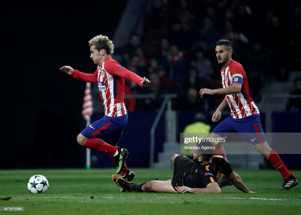 Antoine Griezmann (L) of Atletico Madrid in action against Kostas Manolas (R) of AS Roma during the UEFA Champions League Group C match between Atletico Madrid and AS Roma at the Metropolitano Stadium in Madrid, Spain on November 22, 2017.