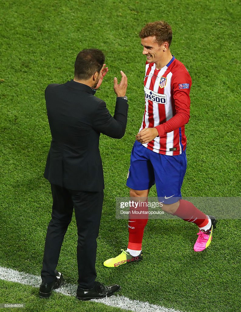 <a gi-track='captionPersonalityLinkClicked' href=/galleries/search?phrase=Antoine+Griezmann&family=editorial&specificpeople=7197539 ng-click='$event.stopPropagation()'>Antoine Griezmann</a> of Atletico Madrid speaks to head coach <a gi-track='captionPersonalityLinkClicked' href=/galleries/search?phrase=Diego+Simeone&family=editorial&specificpeople=226872 ng-click='$event.stopPropagation()'>Diego Simeone</a> during the UEFA Champions League Final match between Real Madrid and Club Atletico de Madrid at Stadio Giuseppe Meazza on May 28, 2016 in Milan, Italy.