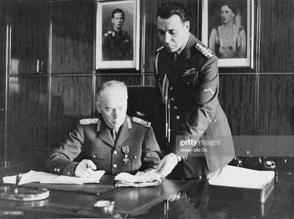 Antonescu Ion Offizier und Politiker R am Schreibtisch seines Arbeitszimmers rechts Adjutant Oberst Olefterescu im Hintergrund die Bilder von König...