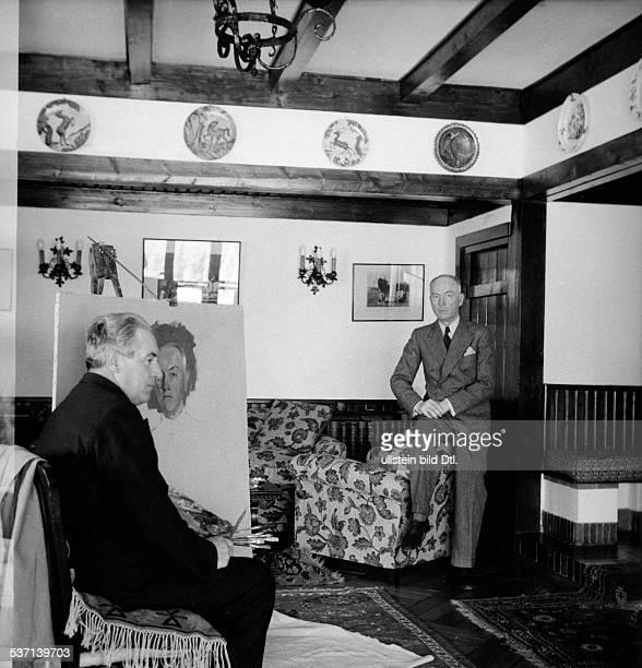 Antonescu Ion Offizier und Politiker R sitzt in seinem Privathaus in Predeal in den Karpaten einem Maler Modell veröffentlicht November 1942