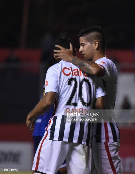 Antonio Bareiro of Paraguay's Libertad celebrates with teammates after scoring a goal against Bolivia's Sport Boys during their 2017 Copa...