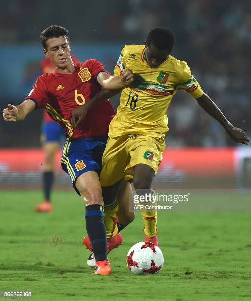 Antonio Blanco of Spain and Ibrahim Kane of Mali vie for the ball during the second semi final football match between Mali and Spain in the FIFA U17...