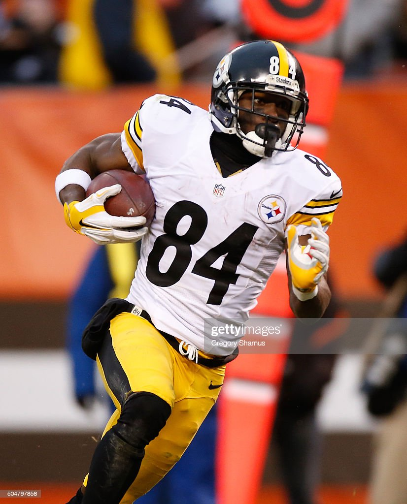 Antonio Brown #84 of the Pittsburgh Steelers carries the ball against the Cleveland Browns at FirstEnergy Stadium on January 3, 2016 in Cleveland, Ohio.