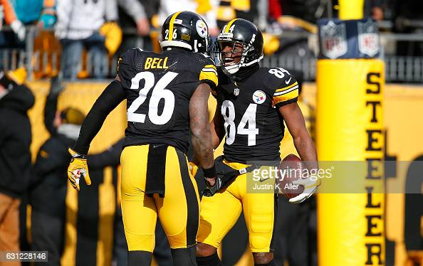 Antonio Brown of the Pittsburgh Steelers celebrates his touchdown with Le'Veon Bell in the first quarter during the Wild Card Playoff game against...