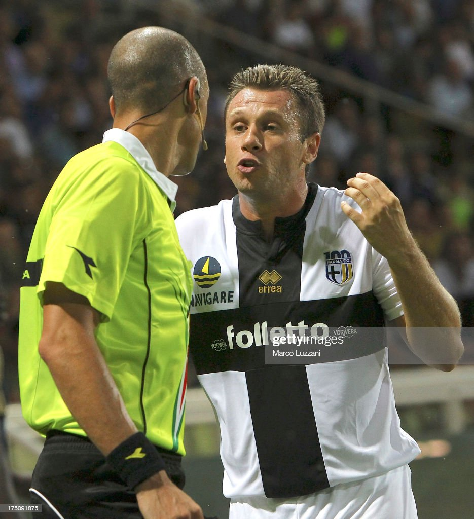 <a gi-track='captionPersonalityLinkClicked' href=/galleries/search?phrase=Antonio+Cassano&family=editorial&specificpeople=214558 ng-click='$event.stopPropagation()'>Antonio Cassano</a> (R) of Parma FC disputes with referee Michael Fabbri (L) during the pre-season friendly match between Parma FC and Olympique de Marseille at Stadio Ennio Tardini on July 31, 2013 in Parma, Italy.