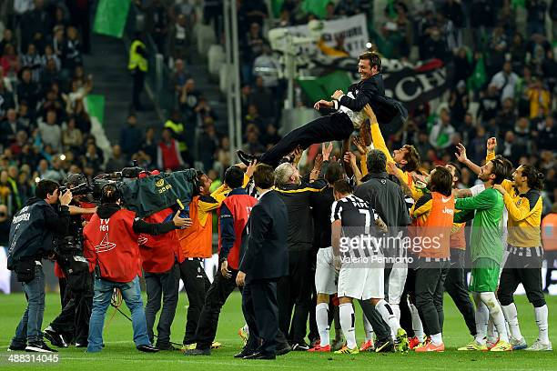 Antonio Conte head coach of Juventus FC is lifted by his players after beating Atalanta BC 10 to win the Serie A Championships at the end of the...