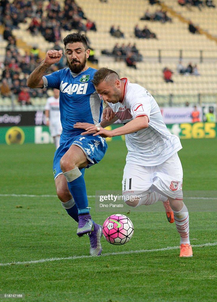Antonio Di Gaudio (R) of Carpi FC competes with Francesco Magnanelli of US Sassuolo during the Serie A match between Carpi FC and US Sassuolo Calcio at Alberto Braglia Stadium on April 2, 2016 in Modena, Italy.