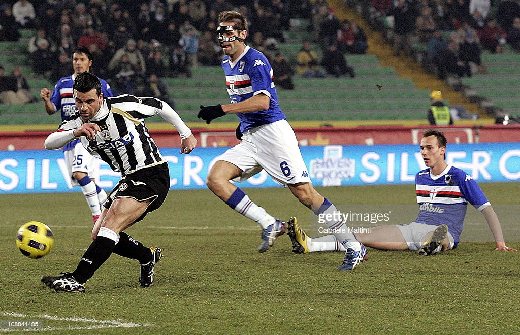 Antonio Di Natale of Udinese Calcio scores a goal during the Serie A match between Udinese Calcio and UC Sampdoria at Stadio Friuli on February 5, 2011 in Udine, Italy.