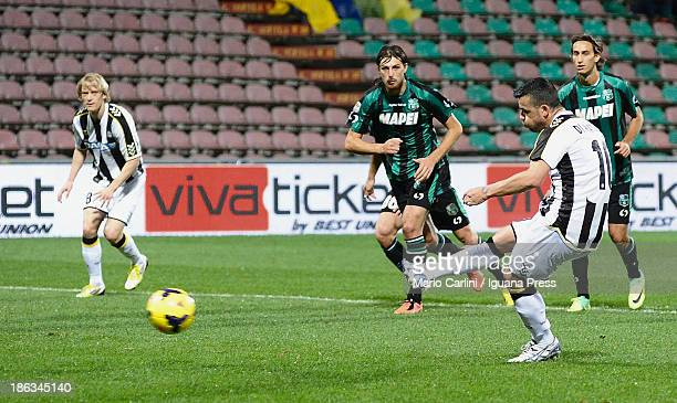 Antonio Di Natale of Udinese Calcio scores a goal from the penalty spot during the Serie A match between US Sassuolo Calcio and Udinese Calcio on...