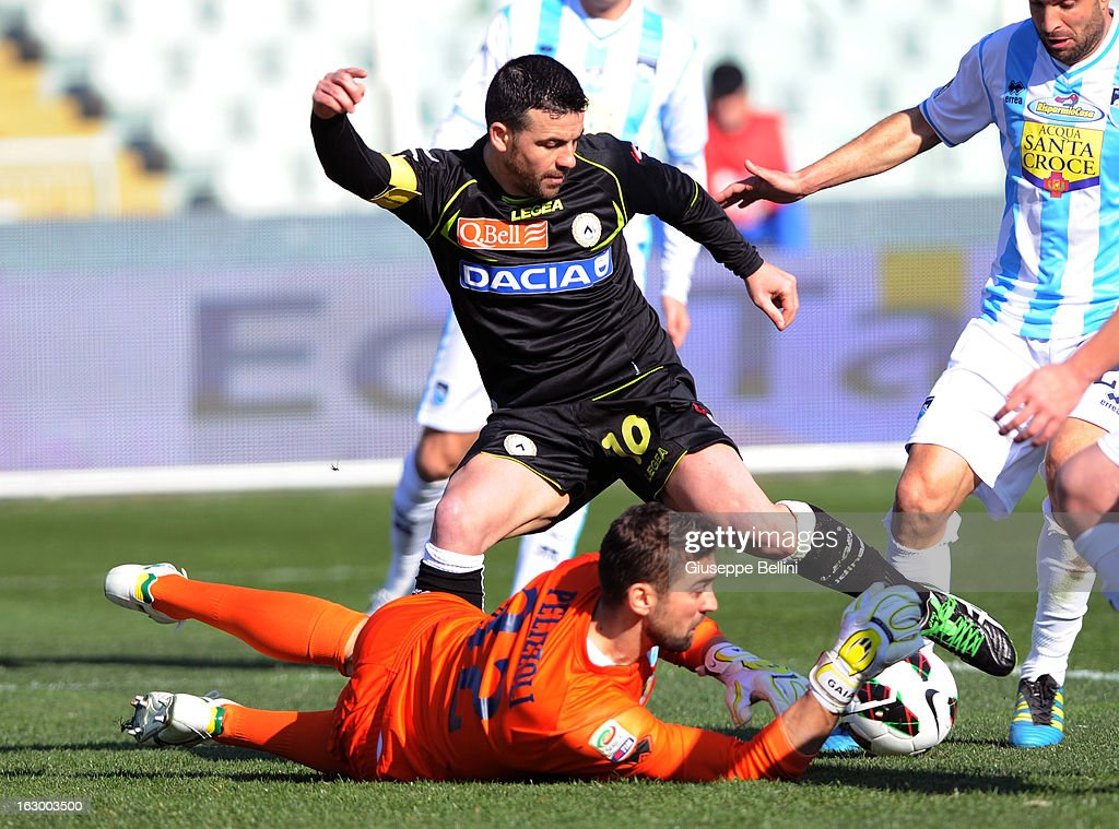 Antonio Di Natale of Udinese scores the opening goal during the Serie A match between Pescara and Udinese Calcio at Adriatico Stadium on March 3, 2013 in Pescara, Italy.