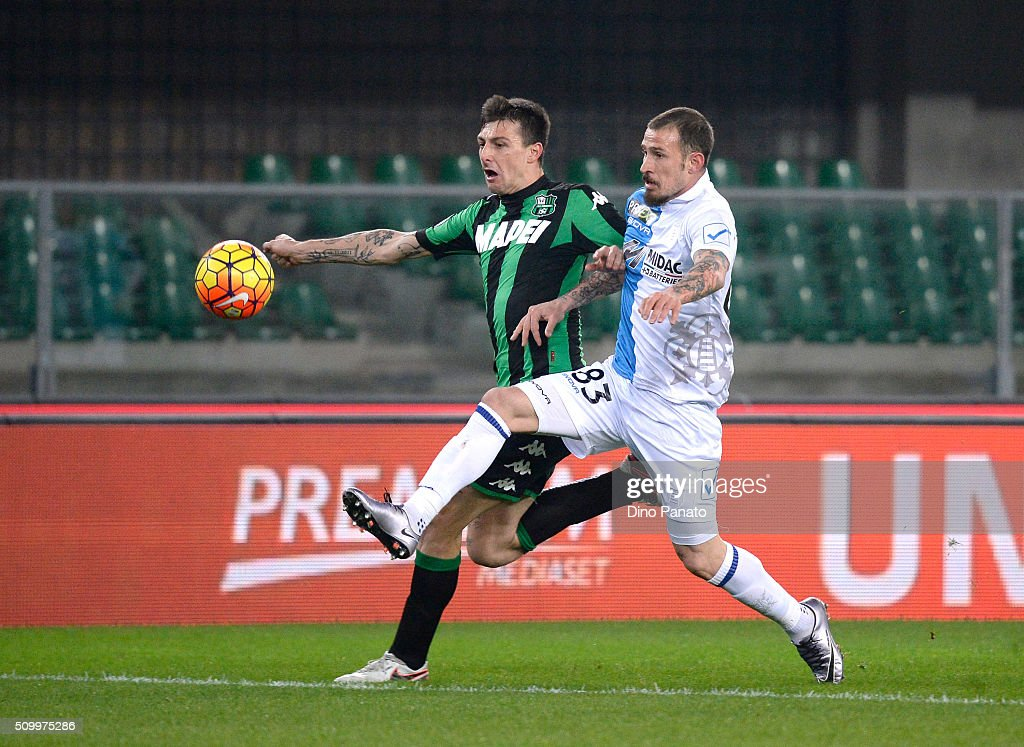 Antonio Floro Flores (R) of Chievo Verona competes with <a gi-track='captionPersonalityLinkClicked' href=/galleries/search?phrase=Francesco+Acerbi&family=editorial&specificpeople=7122747 ng-click='$event.stopPropagation()'>Francesco Acerbi</a> of US Sassuolo during the Serie A match between AC Chievo Verona and US Sassuolo Calcio at Stadio Marc'Antonio Bentegodi on February 13, 2016 in Verona, Italy.