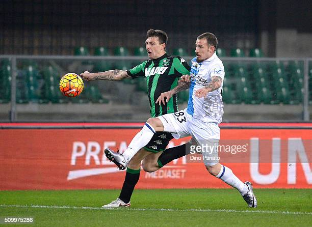 Antonio Floro Flores of Chievo Verona competes with Francesco Acerbi of US Sassuolo during the Serie A match between AC Chievo Verona and US Sassuolo...
