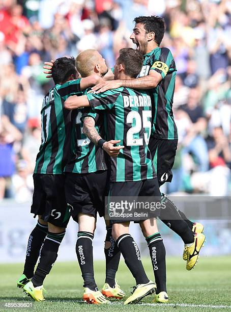 Antonio Floro Flores of Sassuolo celebrates with his teammates after scoring their fourth goal during the Serie A match between US Sassuolo Calcio...