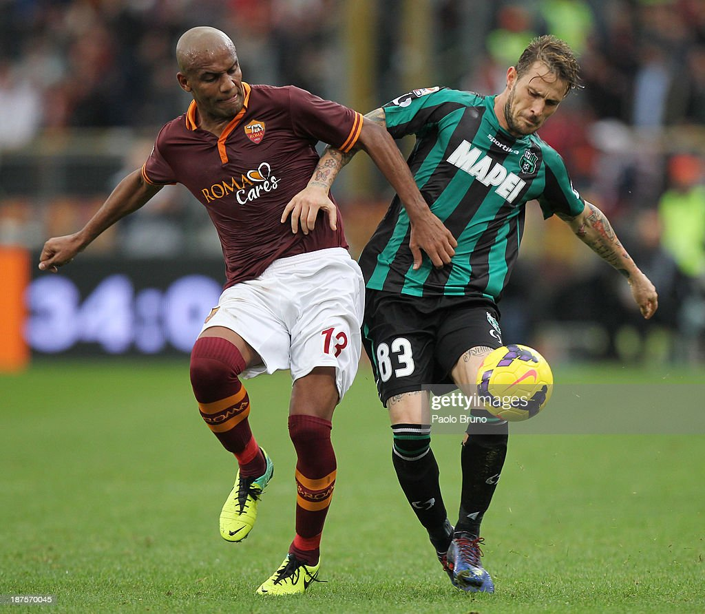 Antonio Floro Flores of US Sassuolo Calcio competes for the ball with <a gi-track='captionPersonalityLinkClicked' href=/galleries/search?phrase=Maicon+-+Brazil+National+Soccer+Team+and+A.S.+Roma&family=editorial&specificpeople=2639404 ng-click='$event.stopPropagation()'>Maicon</a> (L) of AS Roma during the Serie A match between AS Roma and US Sassuolo Calcio at Stadio Olimpico on November 10, 2013 in Rome, Italy.