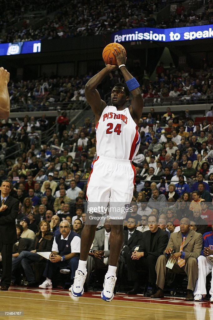Antonio McDyess #24 of the Detroit Pistons shoots against the Milwaukee Bucks on November 1, 2006 at the Palace of Auburn Hills in Auburn Hills, Michigan. Milwaukee won the game 105-97.