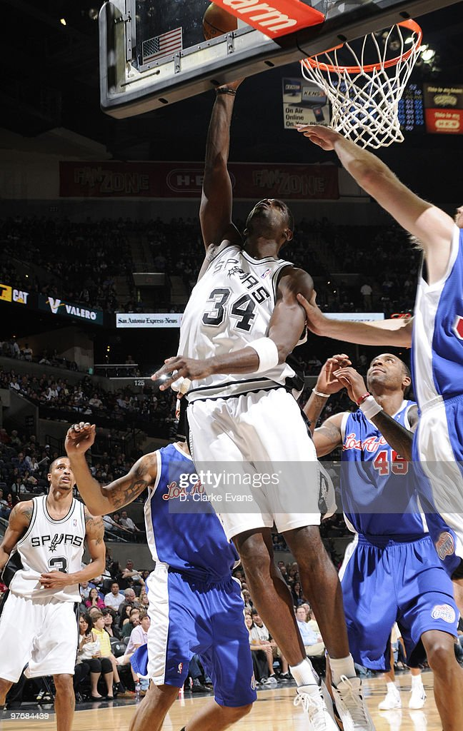 Antonio McDyess #34 of the San Antonio Spurs shoots against the Los Angeles Clippers on March 13, 2010 at the AT&T Center in San Antonio, Texas.