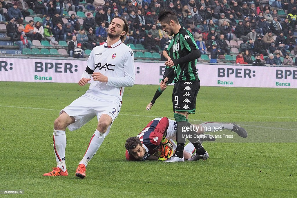 <a gi-track='captionPersonalityLinkClicked' href=/galleries/search?phrase=Antonio+Mirante&family=editorial&specificpeople=2114402 ng-click='$event.stopPropagation()'>Antonio Mirante</a> goalkeeper of Bologna FC saves his goal during the Serie A match between US Sassuolo Calcio and Bologna FC at Mapei Stadium - Città del Tricolore on January 24, 2016 in Reggio nell'Emilia, Italy.