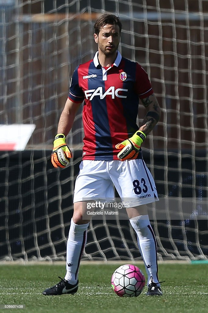 Antonio Mirante of Bologna FC in action during the Serie A match between Empoli FC and Bologna FC at Stadio Carlo Castellani on May 1, 2016 in Empoli, Italy.