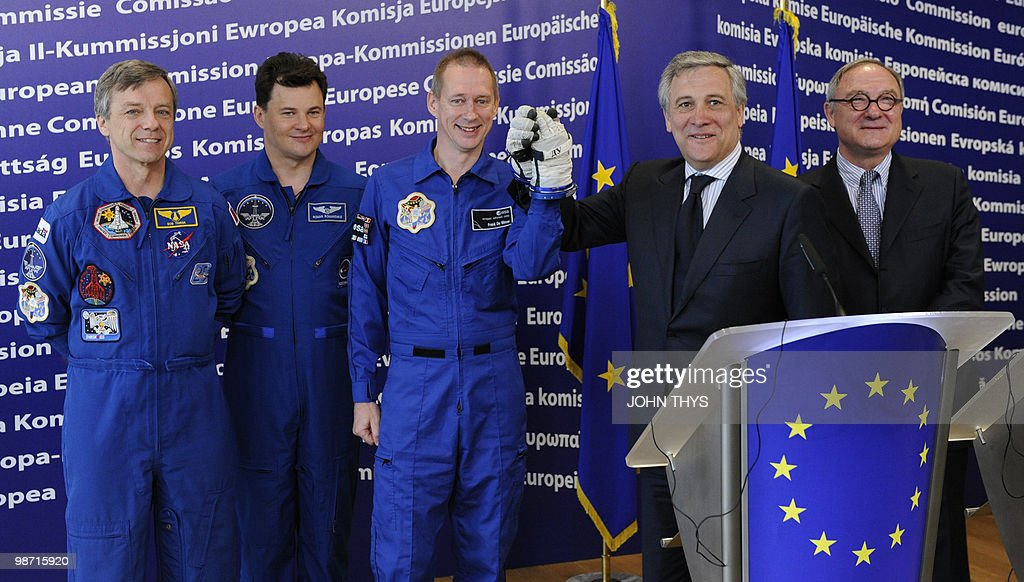 Antonio Tajani, Vice President of the EC in charge of Industry and Entrepreneurship (C) shake hands with Belgian astronaute Belgian Astronaut of the European Space Agency (ESA) Frank De Winne (L) as Director General of the European Space Agency (ESA) Jean-Jacques Dordain (R), Canadian Astronaut Robert Thirsk (L), and Russian Cosmonaut Roman Romanenko (2ndL) stand after a joint press conference at the EU headquarters in Brussels on April 28, 2010. AFP PHOTO / JOHN THYS