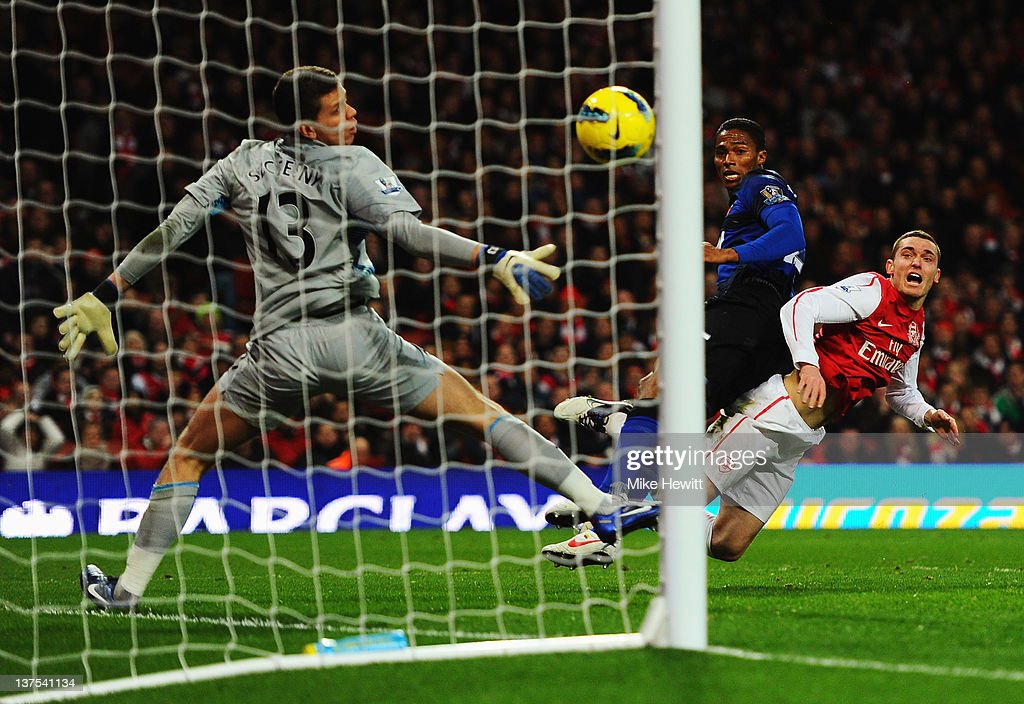 Antonio Valencia of Manchester United beats Wojciech Szczesny and Thomas Vermaelen of Arsenal to score their first goal during the Barclays Premier...