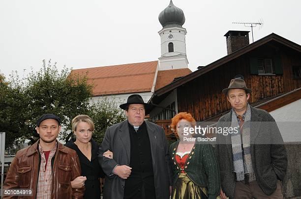 Antonio Wannek Claudia Messner Ottfried Fischer Hansi Jochmann Peter Heinrich Brix ARDReihe 'Pfarrer Braun' Folge 'Altes Geld junges Blut' vor Kirche...
