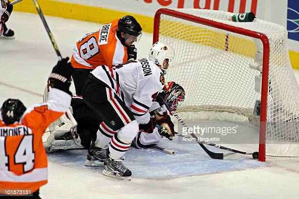 Antti Niemi of the Chicago Blackhawks gives up a goal by Scott Hartnell of the Philadelphia Flyers as Kimmo Timonen and Danny Briere of the FLyers...