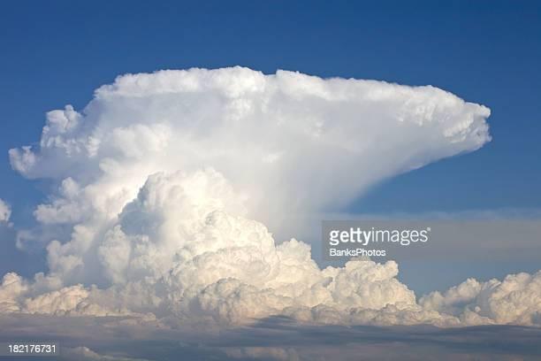 Amboss Storm Cloud und blauer Himmel