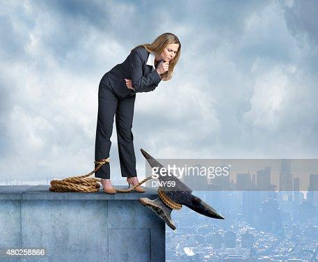 Anvil dietro la gamba di donna d'affari