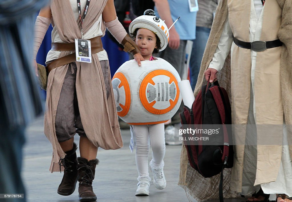 Anya Klam, 5, plays the part of BB-8 from Star Wars during Comic-Con International 2016 in San Diego, California, July 22, 2016. / AFP / Bill Wechter