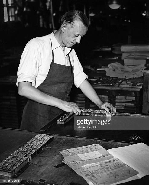 Anzeigenmetteur Joachim Donner beimUmbruch von Kleinanzeigen für dieBerliner Morgenpost 1956