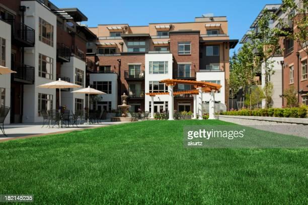 Apartment-Apartments home courtyard gepflegten Rasen Gebäude Tische Regenschirme