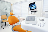Apex locator device for dental canal treatment