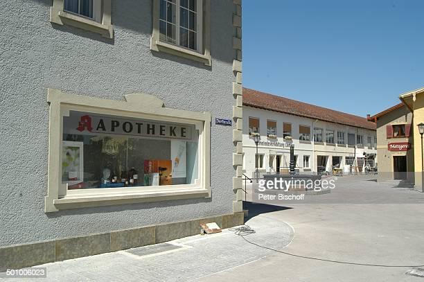Apotheke BRSerie 'Dahoam is Dahoam' Dachau Bayern Deutschland Europa FilmSet Schaufenster mit Aufschrift Dorfstraße Brunnen Metzgerei Reise CW E PNr...