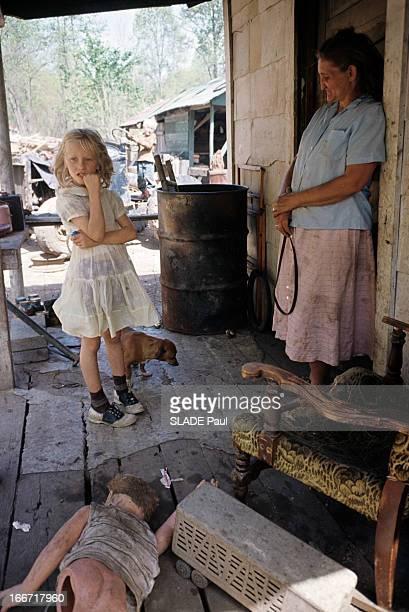 Appalachian Valley Dans le nordest américain dans les Appalaches sous l'appentis d'une baraque une femme avec des vêtements sales adossée au mur face...