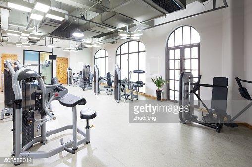 Fitnessraum modern  Ausrüstung Und Ausstattung In Moderner Fitnessraum Stock-Foto ...