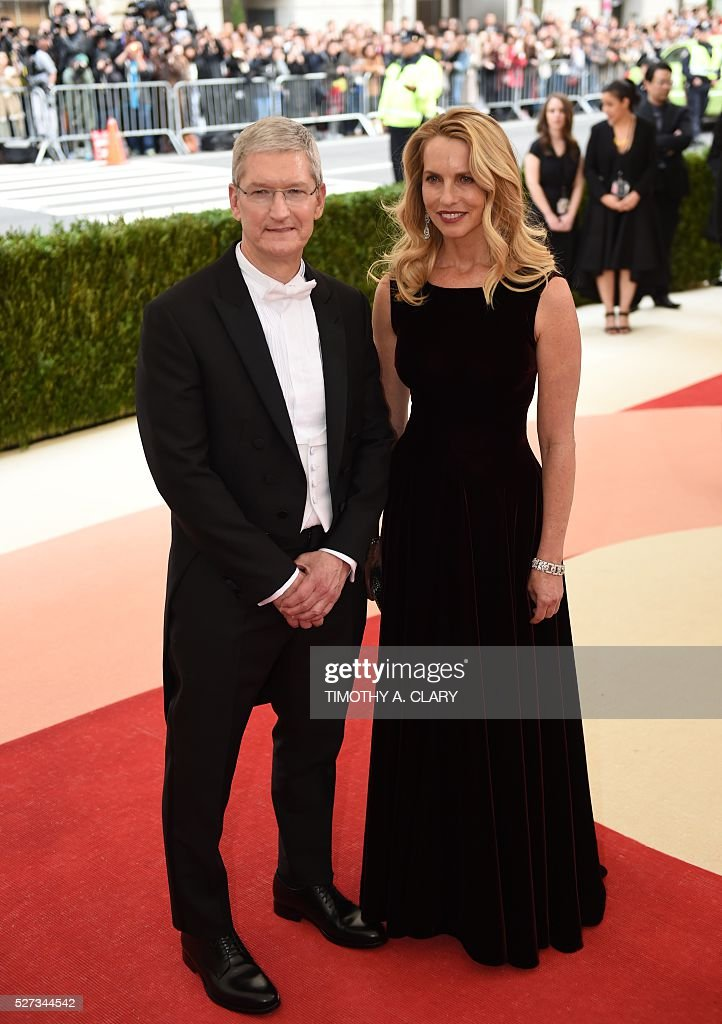 Apple CEO Tim Cook arrives for the Costume Institute Benefit at the Metropolitan Museum of Art on May 2, 2016 in New York. / AFP / TIMOTHY