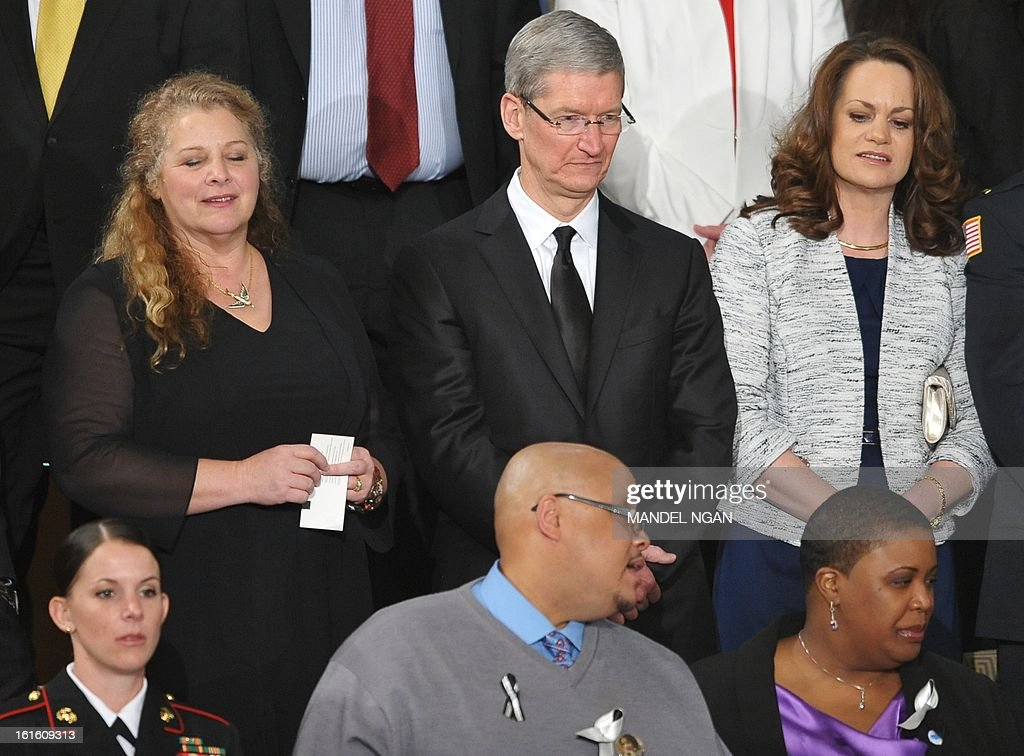 Apple CEO Tim Cook (C) attends the State of the Union address before a joint session of Congress on February 12, 2013 at the US Capitol in Washington, DC. AFP PHOTO/Mandel NGAN