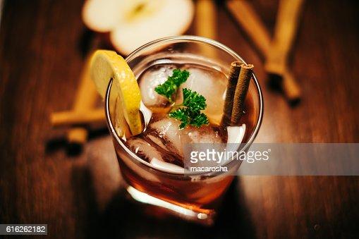 apple cider with cinnamon whiskey : Foto de stock