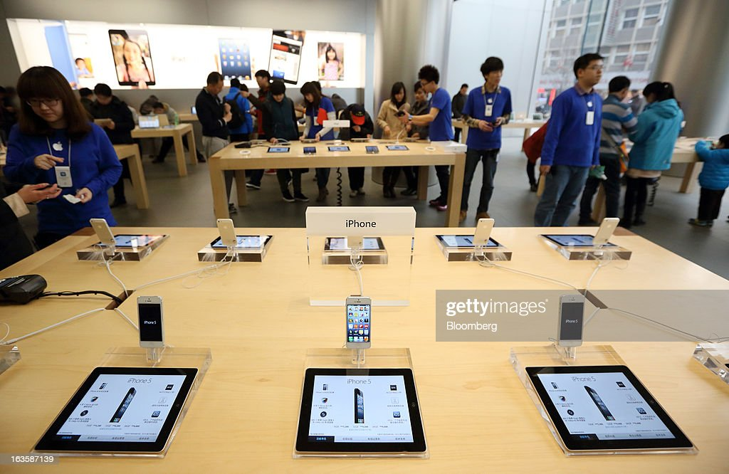Apple Inc. iPads and iPhone 5 smartphones are displayed at the company's store in the Wangfujing area of Beijing, China, on Tuesday, March 12, 2013. Apple's Wangfujing store is the largest in Asia. Photographer: Tomohiro Ohsumi/Bloomberg via Getty Images