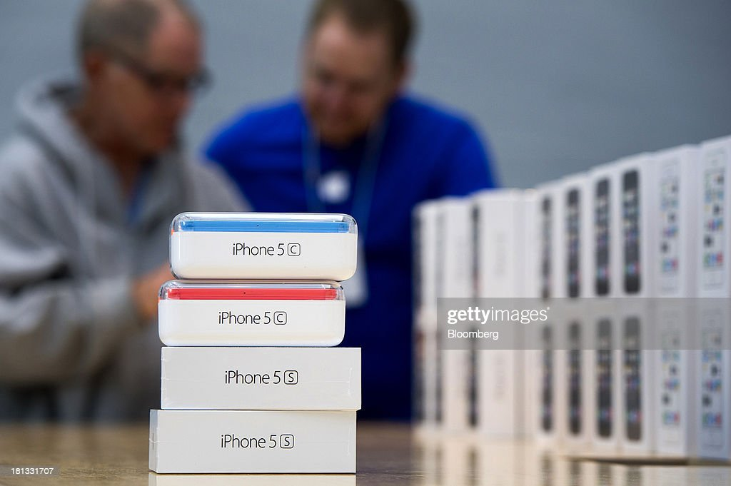 Apple Inc. iPhone 5c and 5s devices wait to be picked up during the launch at the company's new store in Palo Alto, California, U.S., on Friday, Sept. 20, 2013. Apple Inc. attracted long lines of shoppers at its retail stores today for the global debut of its latest iPhones, in the company's biggest move this year to stoke new growth. Photographer: David Paul Morris/Bloomberg via Getty Images