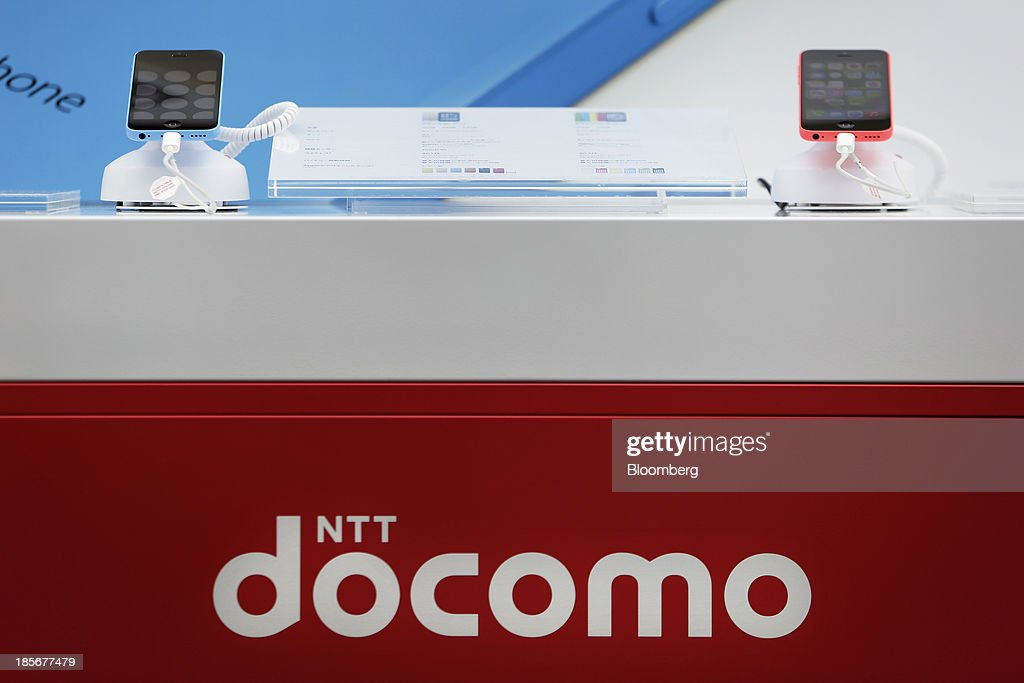 Apple Inc. iPhone 5c smartphones sit on display at a counter for NTT Docomo Inc. outside an electronics store in Tokyo, Japan, on Wednesday, Oct. 23, 2013. DoCoMo, Japan's largest mobile phone carrier, is scheduled to release earnings results on Oct. 25. Photographer: Kiyoshi Ota/Bloomberg via Getty Images
