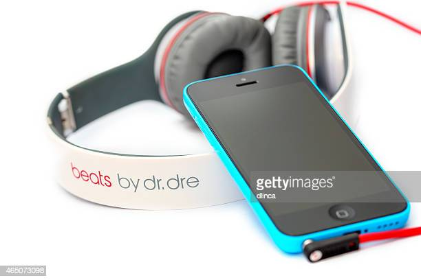 Apple iPhone 5C with Beats Headphones by Dr. Dre