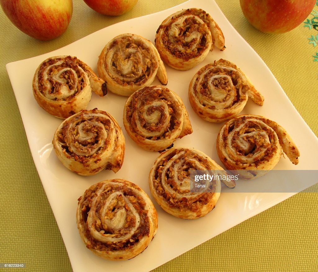 Apple rolls on square plate : Bildbanksbilder