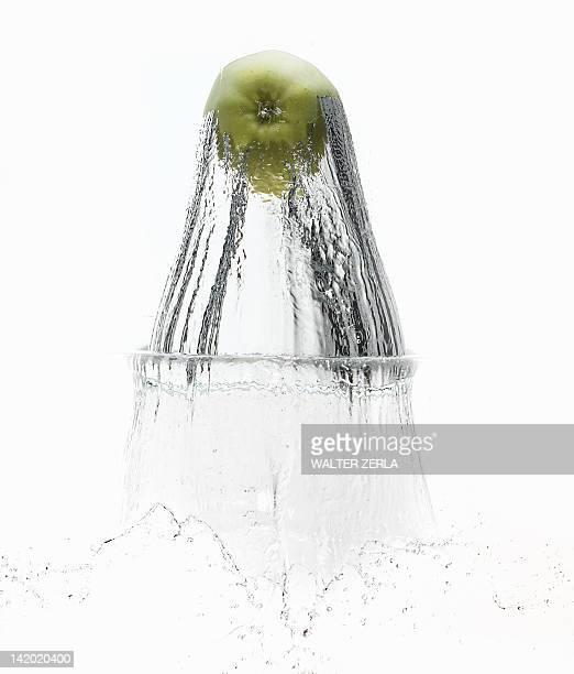 Mela spruzzi in acqua