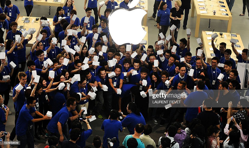 Apple store employees prepare to welcome the first customers into the company's new store in Hong Kong on September 29, 2012. Apple opened its second store in the city on September 29, part of its plan to extend into the booming China market. AFP PHOTO / LAURENT FIEVET