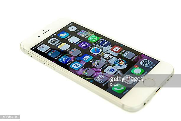 Die Apple Iphone 6 auf isolierte Hintergrund mit apps auf Touchscreens